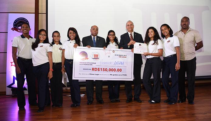 """Milton Ray Guevara y los ganadores concurso videos sobre Derechos Fundamentales """"Me Gradúo con el TCRD"""""""